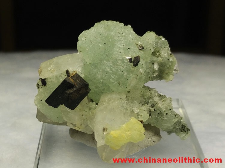 Grape stone, Babingtonite crystal and gem mineral crystal specimens and symbiotic stone ore raw mate,Babingtonite,Prehnite,Quartz