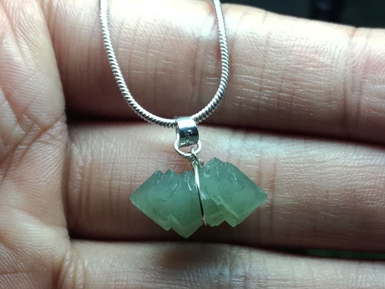 The backbone Green Quartz Crystal Pendant Necklace Jewelry in natural ore,Quartz