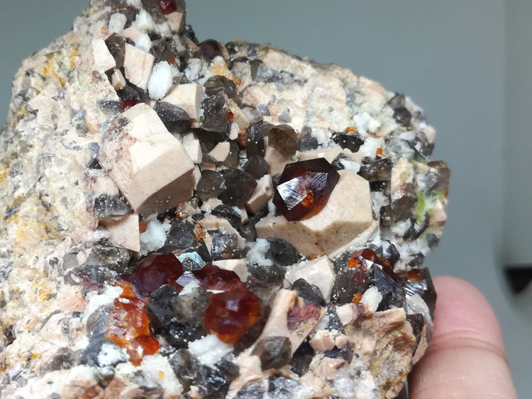 The large crystal gem manganese aluminum garnet crystal stone mineral specimens Fanta stone ornament,Garnet,Feldspar