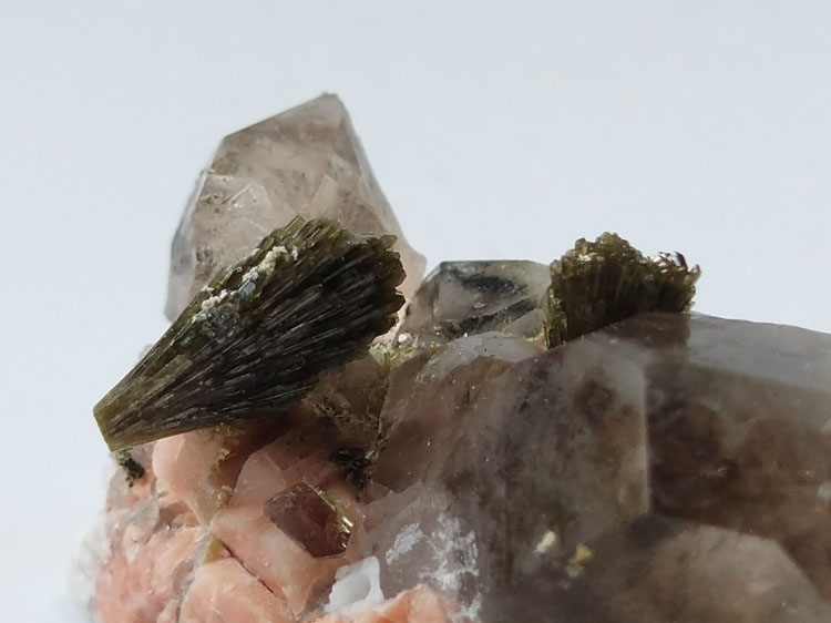 Epidote,Smoky Quartz Mineral Specimens Mineral Crystals Gem Materials,Epidote,Quartz
